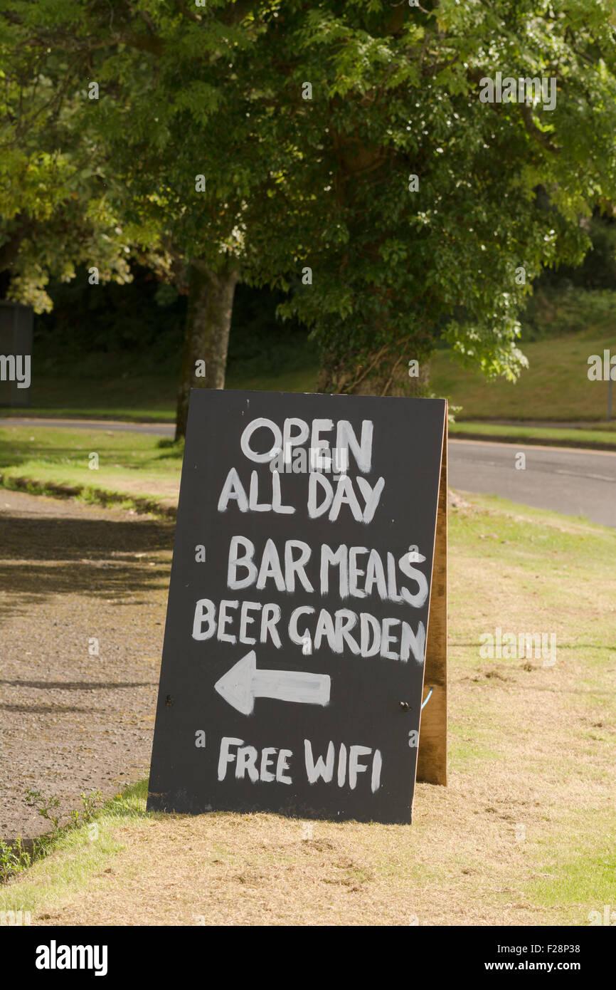 Signo manuscritas en Escocia publicidad comidas de bar, jardín, wifi gratis Imagen De Stock