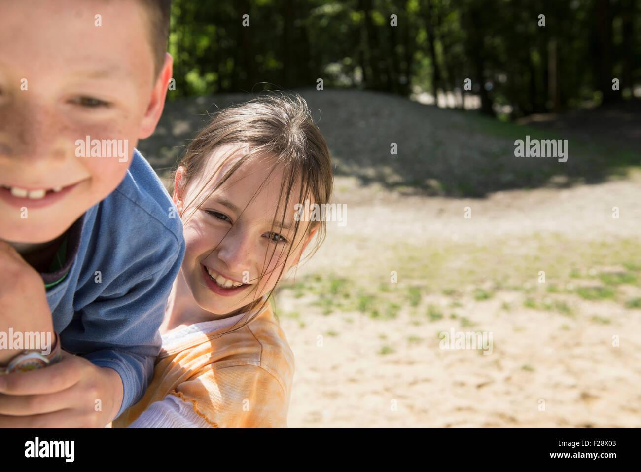 Niño y niña jugando en el patio de recreo, Munich, Baviera, Alemania Foto de stock