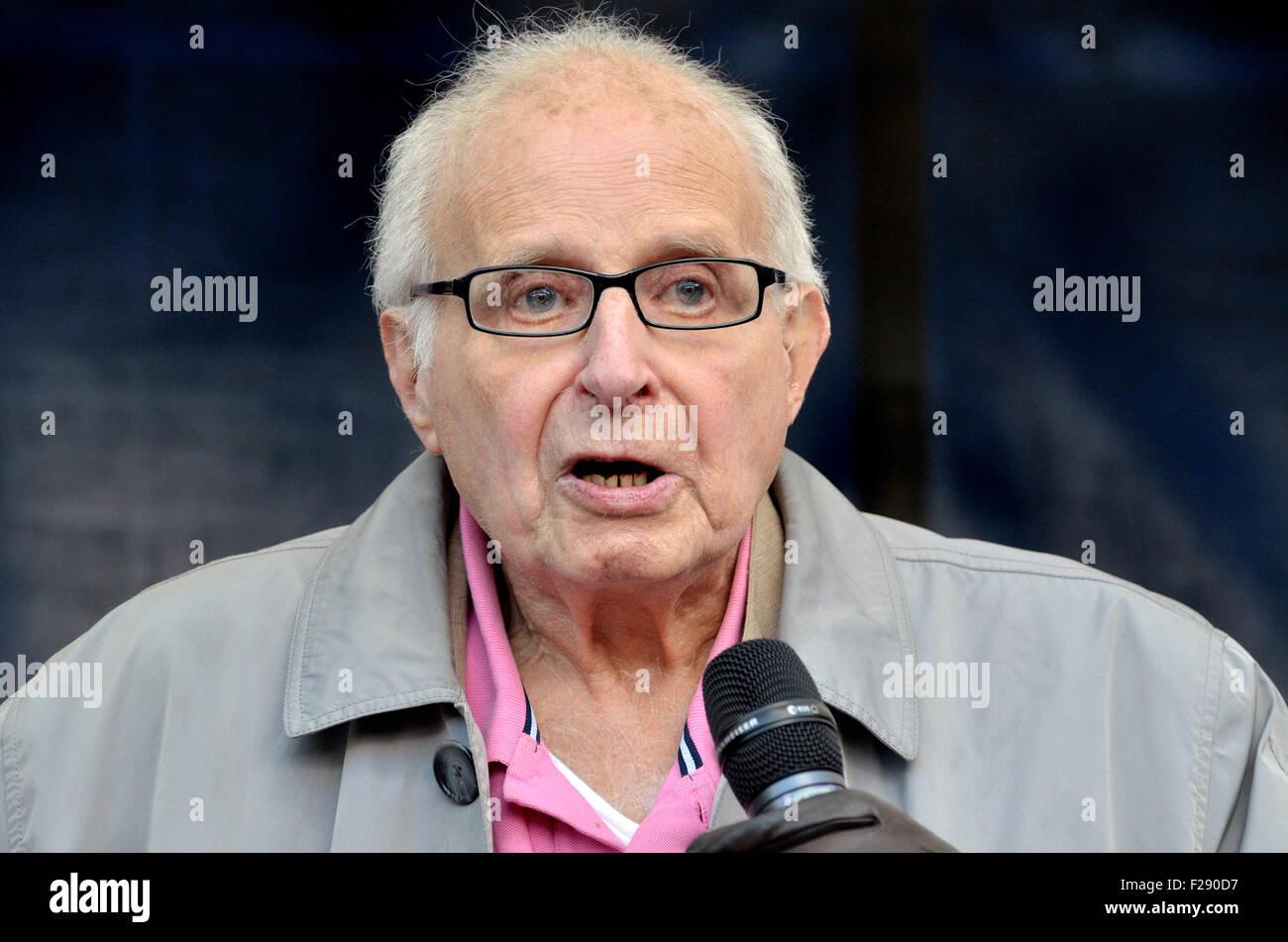 Walter Wolfgang, Vice Presidente de la CND y refugiado de la Alemania Nazi, hablando en el 'Refugiados Bienvenidos Imagen De Stock