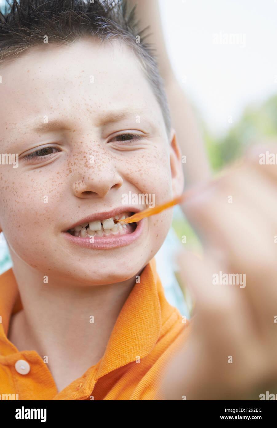Muchacho tira de chicle de su boca, Baviera, Alemania Imagen De Stock