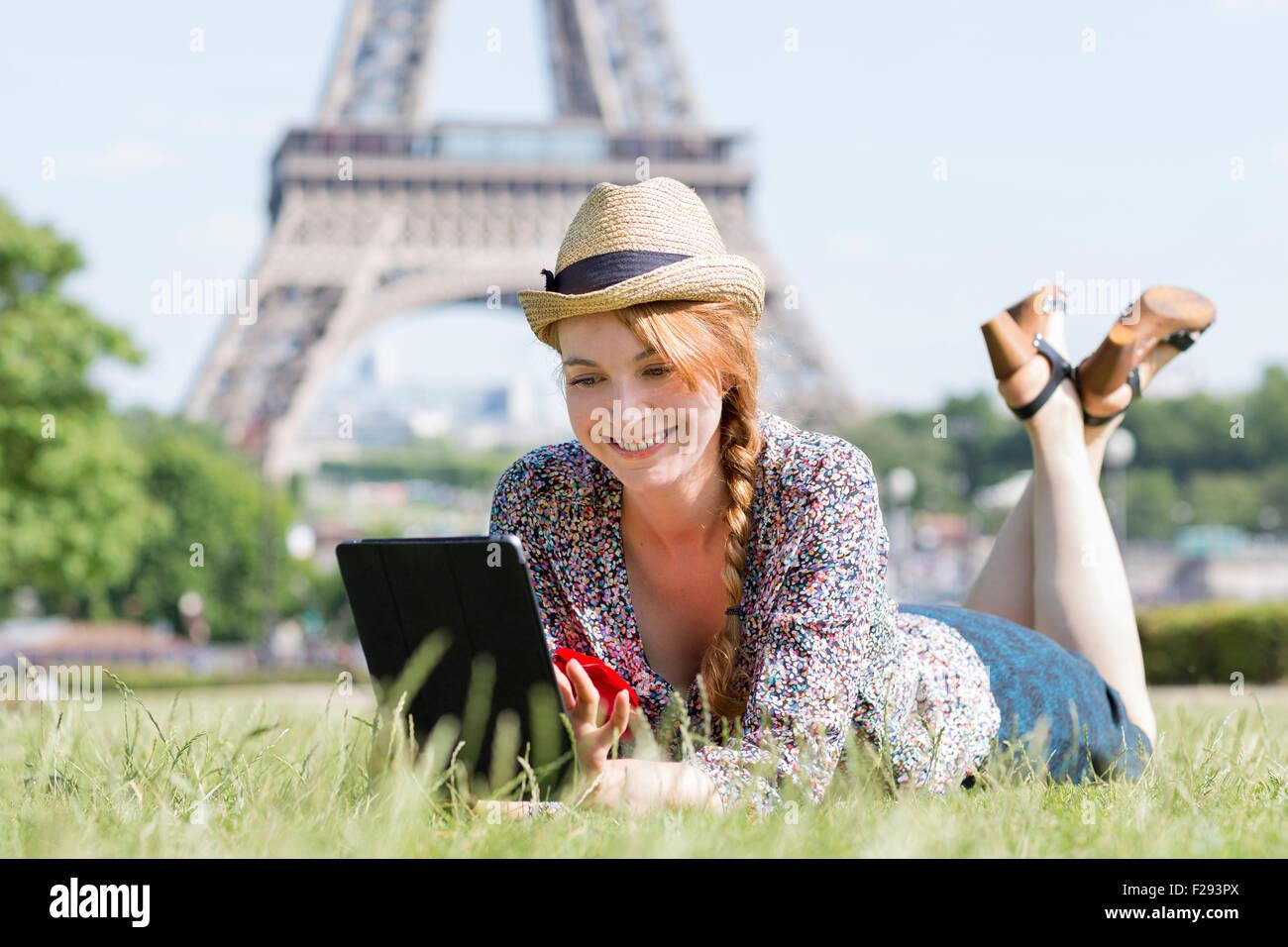Mujer visitar París Imagen De Stock