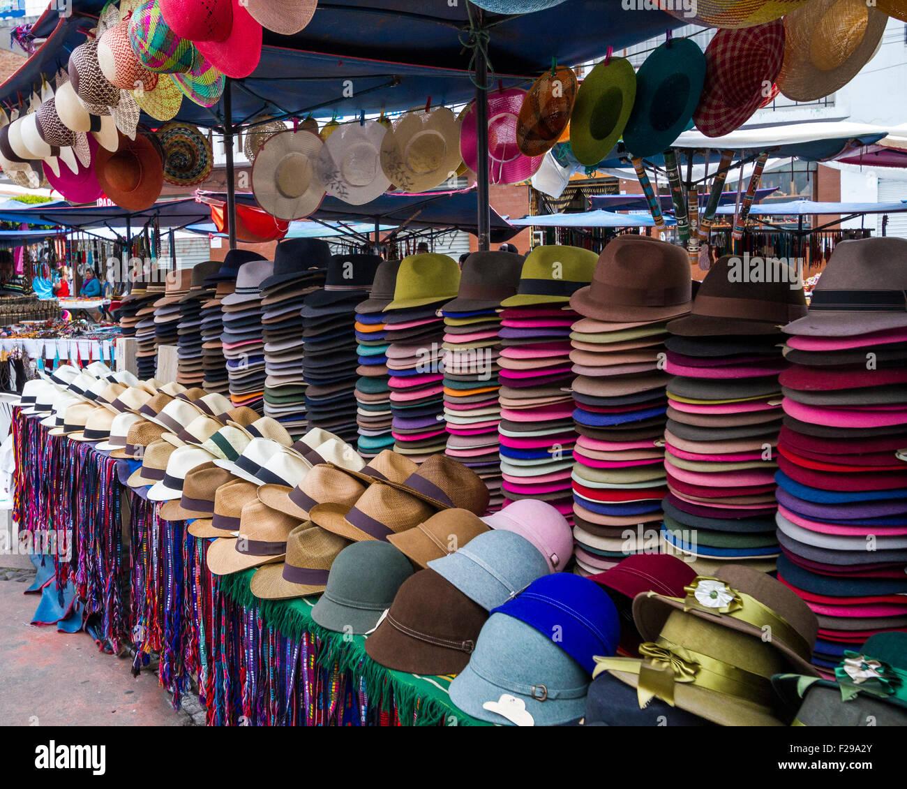 Sombreros de fieltro tradicionales y sombreros de Panamá para la venta en  el mercado de Otavalo 152c2f55667