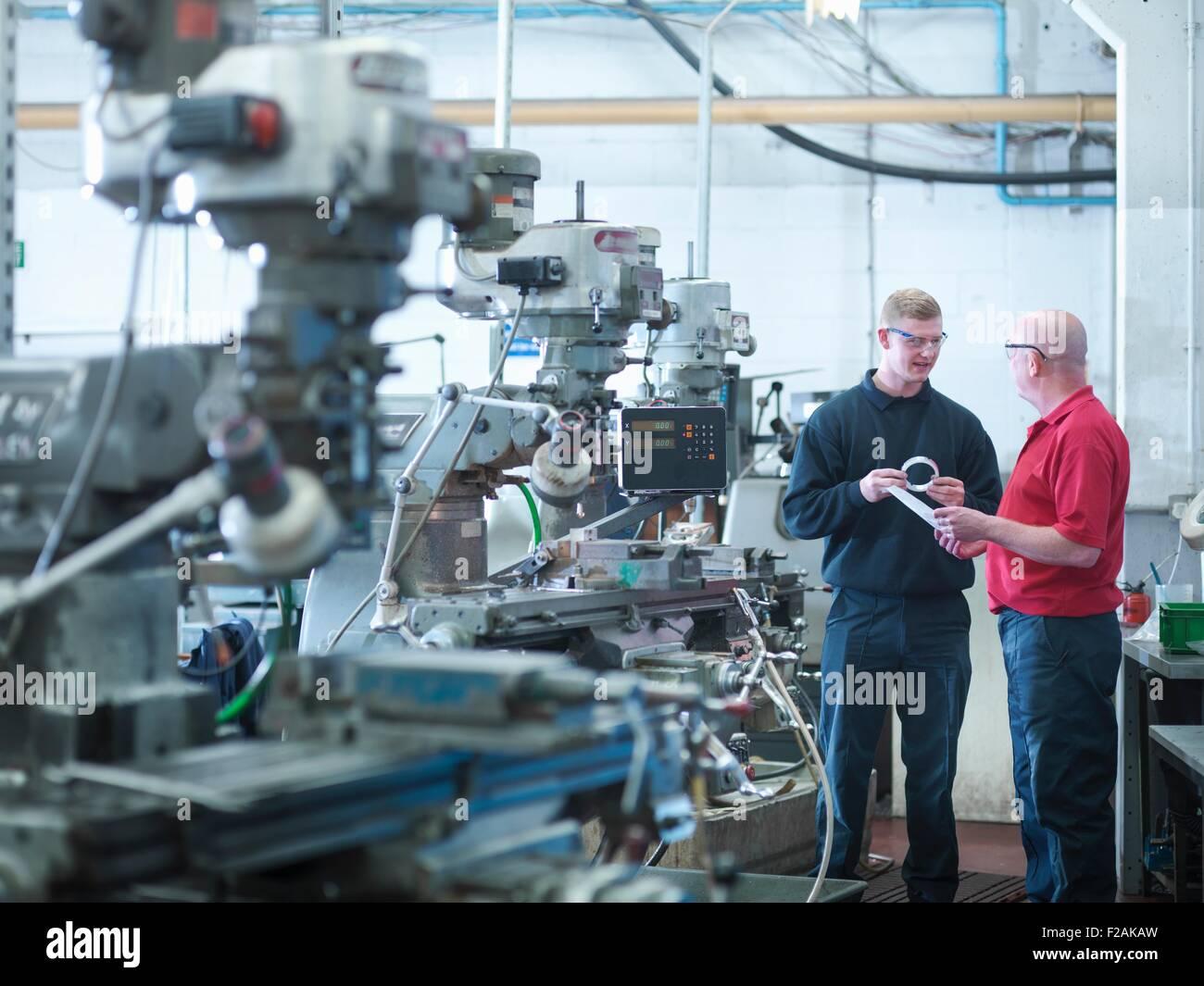 Ingeniero Aprendiz con instructor en fábrica de ingeniería Foto de stock