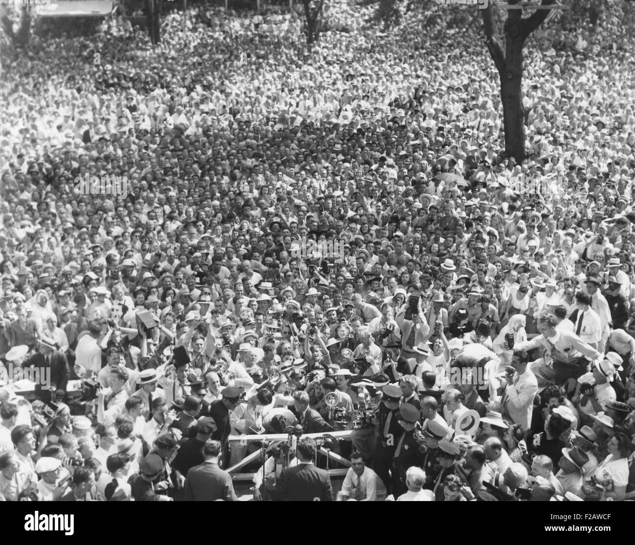Wendell Willkie, hacer una campaña de discurso a miles a Elwood, Indiana, High School. El candidato presidencial Foto de stock