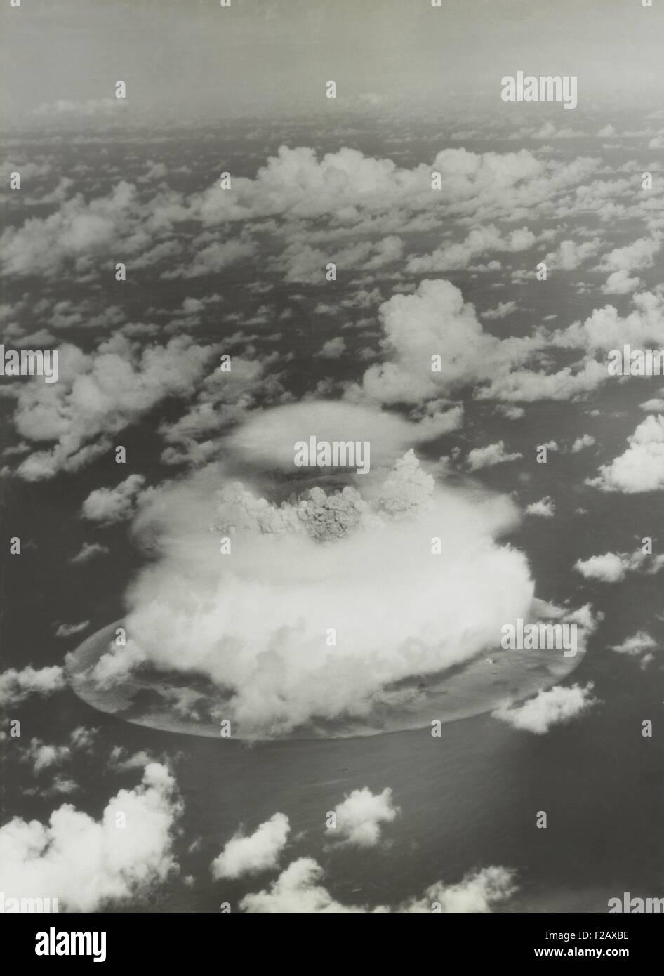 La prueba Baker de operación Encrucijada, 25 de julio de 1946. La bola de fuego y la columna de agua emergen de Foto de stock