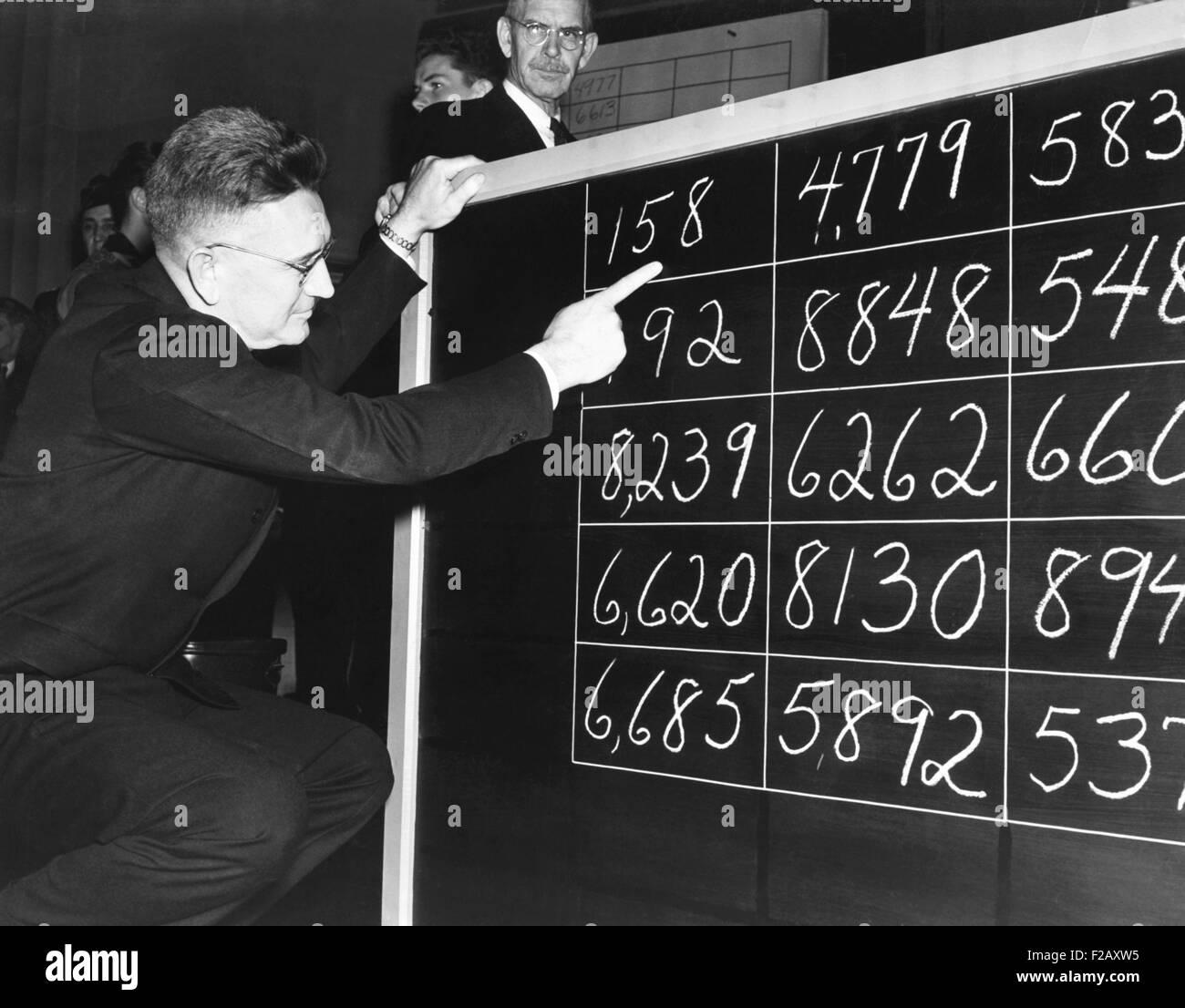 Brig. Gen. Lewis B. Hershey llamar a los 15 primeros números cantados en el proyecto de lotería. La II Imagen De Stock