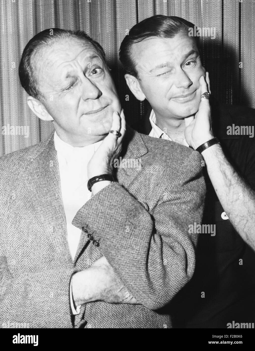 Jack Benny y Jack Parr posan con expresiones faciales similares, el 2 de diciembre de 1959. Paar la carrera dio Imagen De Stock