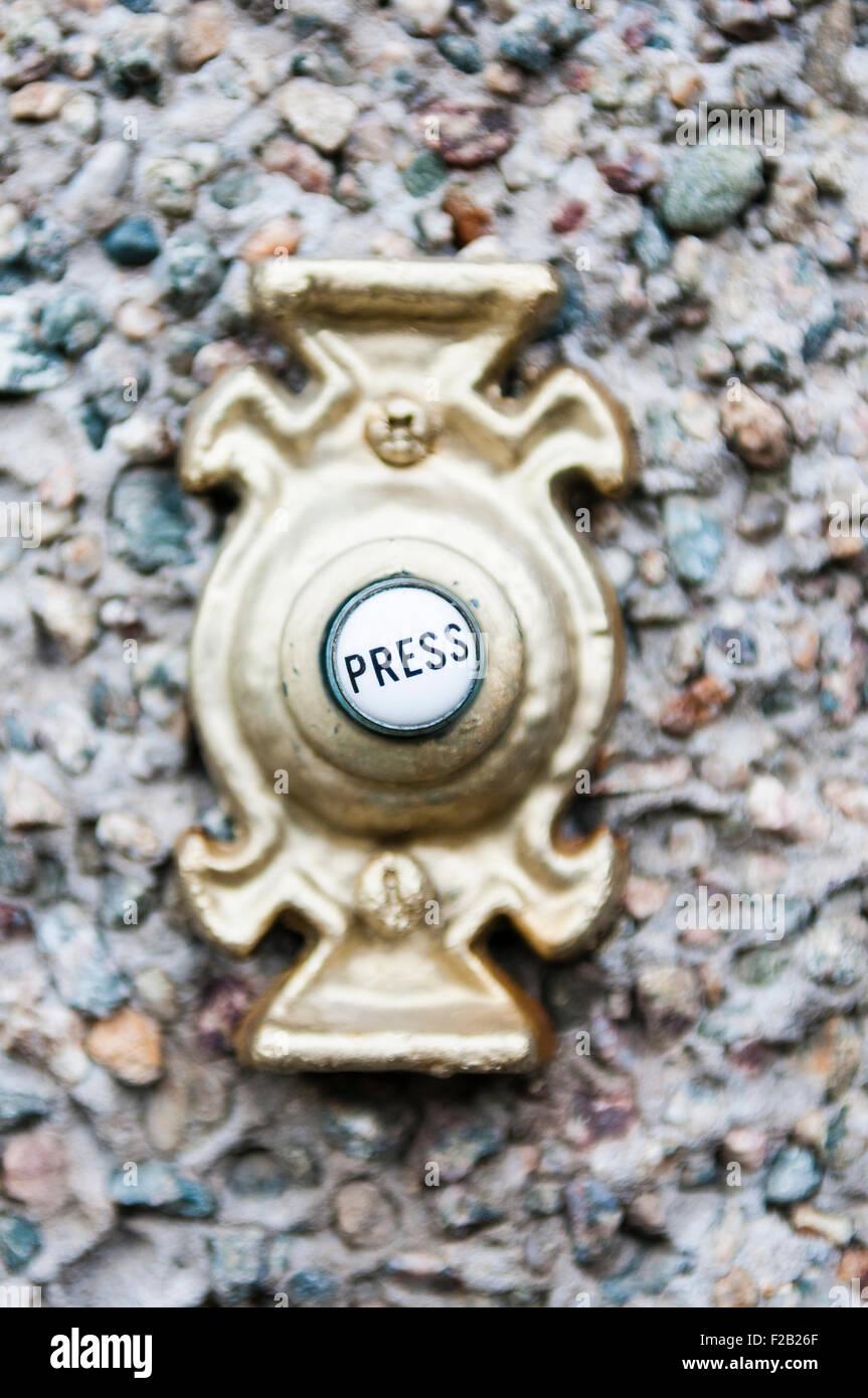 'Pulse' en el botón de un timbre. Imagen De Stock