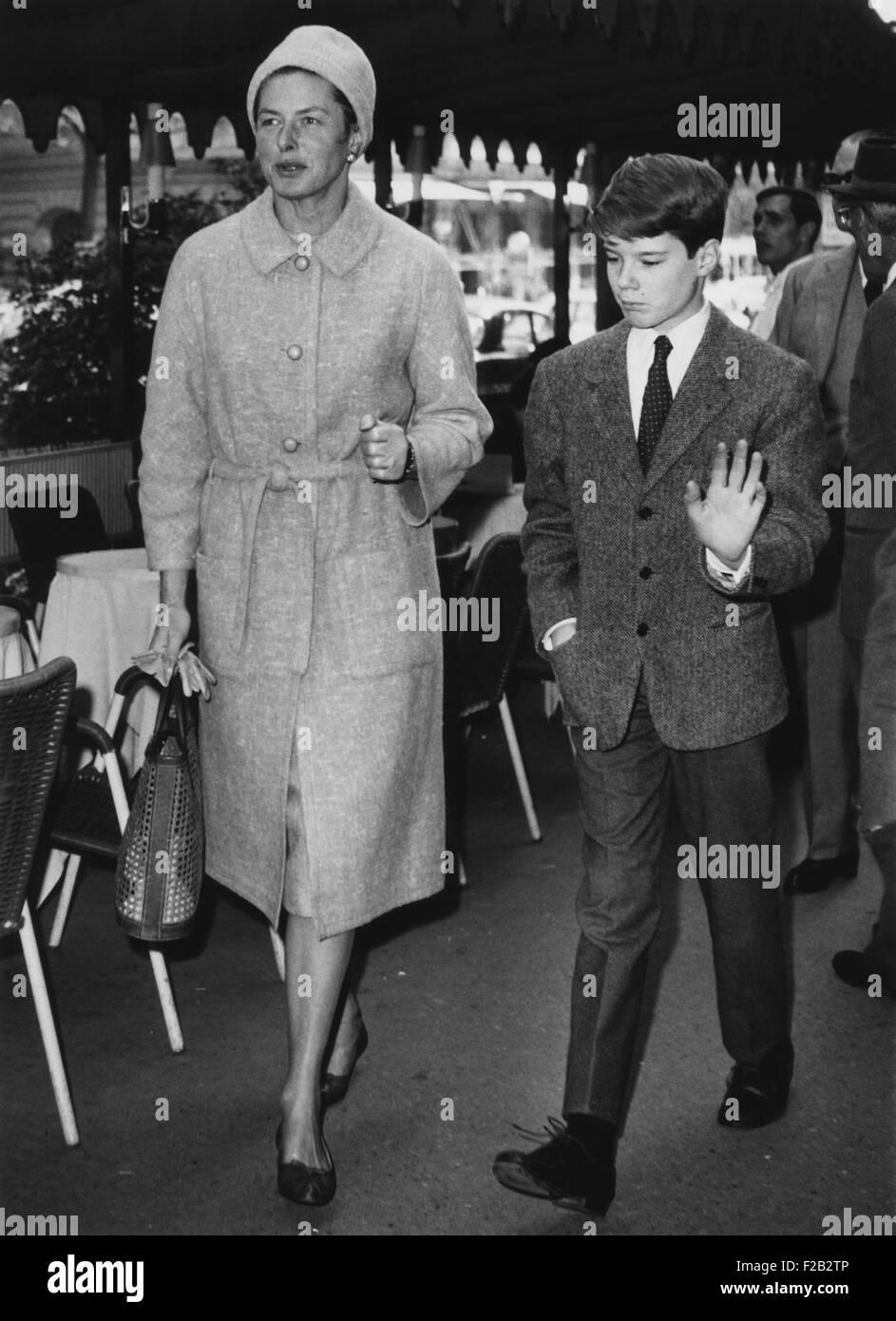 Ingrid Bergman caminando con su hijo de 13 años Robertino, a lo largo de la Via Veneto, en Roma. Abril 18, Imagen De Stock
