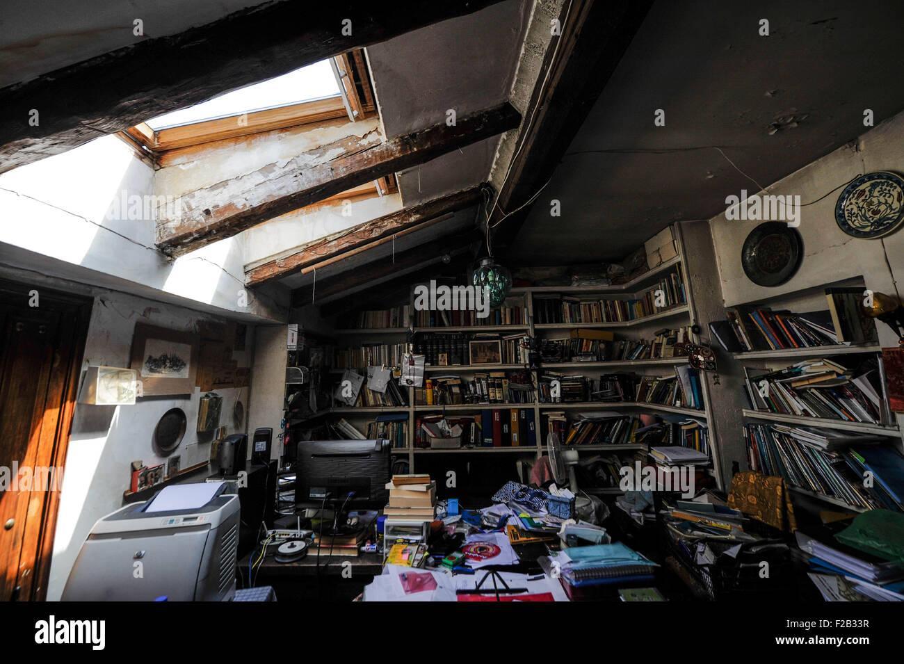 Un estudio en una buhardilla con tragaluz- ONU estudio en un ático con claraboya Imagen De Stock
