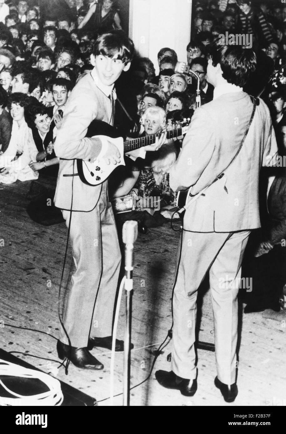 George Harrison (izquierda) y Paul McCartney, de The Beatles realice en Manchester, Inglaterra. 11 Nov, 1963. El Foto de stock