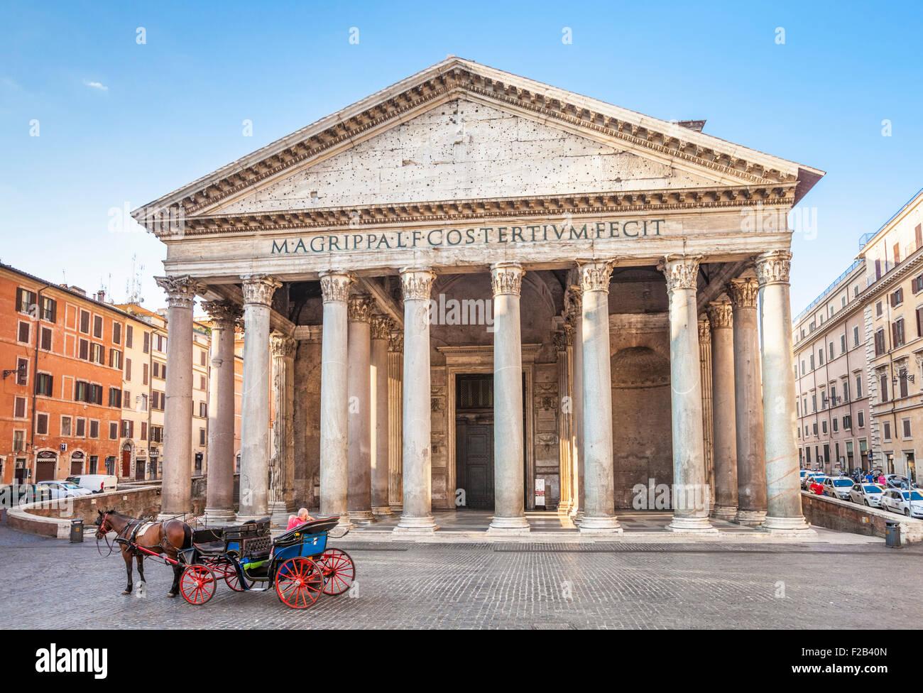 El templo del panteón de dioses romanos y la iglesia fachada exterior Piazza della Rotonda Roma Lazio Italia Imagen De Stock