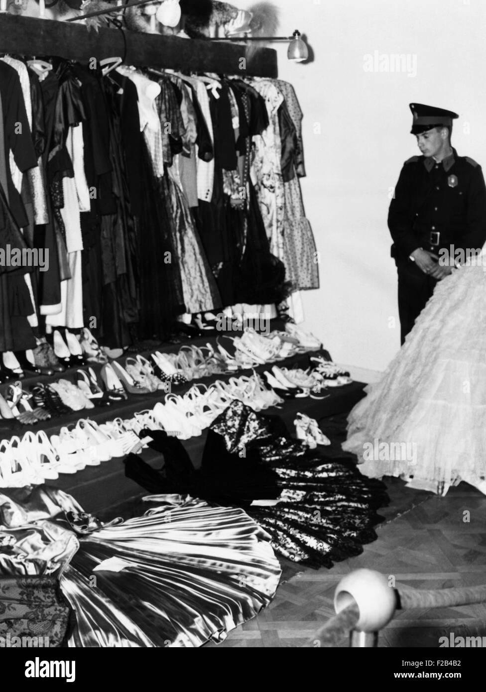 Soldado protege la tarde Eva Perón de lujo tras el derrocamiento del dictador argentino Juan Perón. Además de joyas, pinturas, tallas de marfil y otras riquezas, su closet celebró 400 600 vestidos, sombreros y docenas de pares de zapatos y botas. Artículos por valor de más de $6.500.000 ($57 millones en 2015) fueron colocados en exhibición al público por el gobierno revolucionario del Presidente Eduardo Lonardi. El 20 de octubre, 1955. - (CSU_2015_5_128) Foto de stock