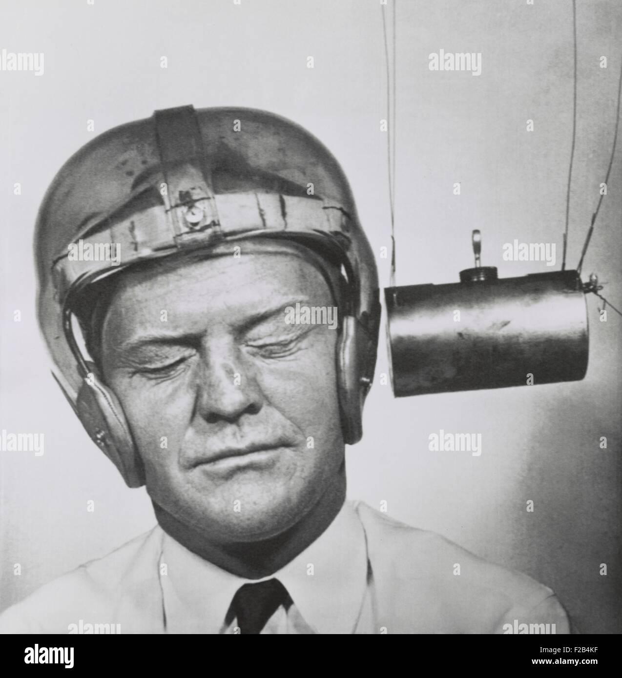 Péndulo golpeando un plástico casco usado para probar para mejorar tocados para jugadores de fútbol. Sept.13, 1950 Foto de stock
