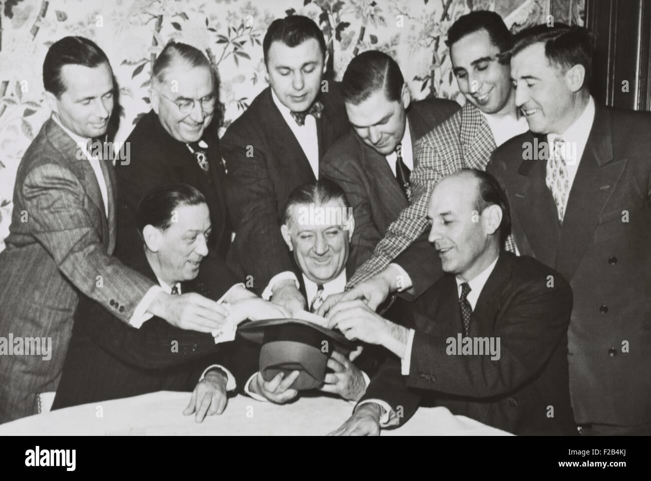 Propietarios de la NFL se reúnen alrededor de comisario Bert Bell para la bonificación anual proyecto, 18 de enero Foto de stock