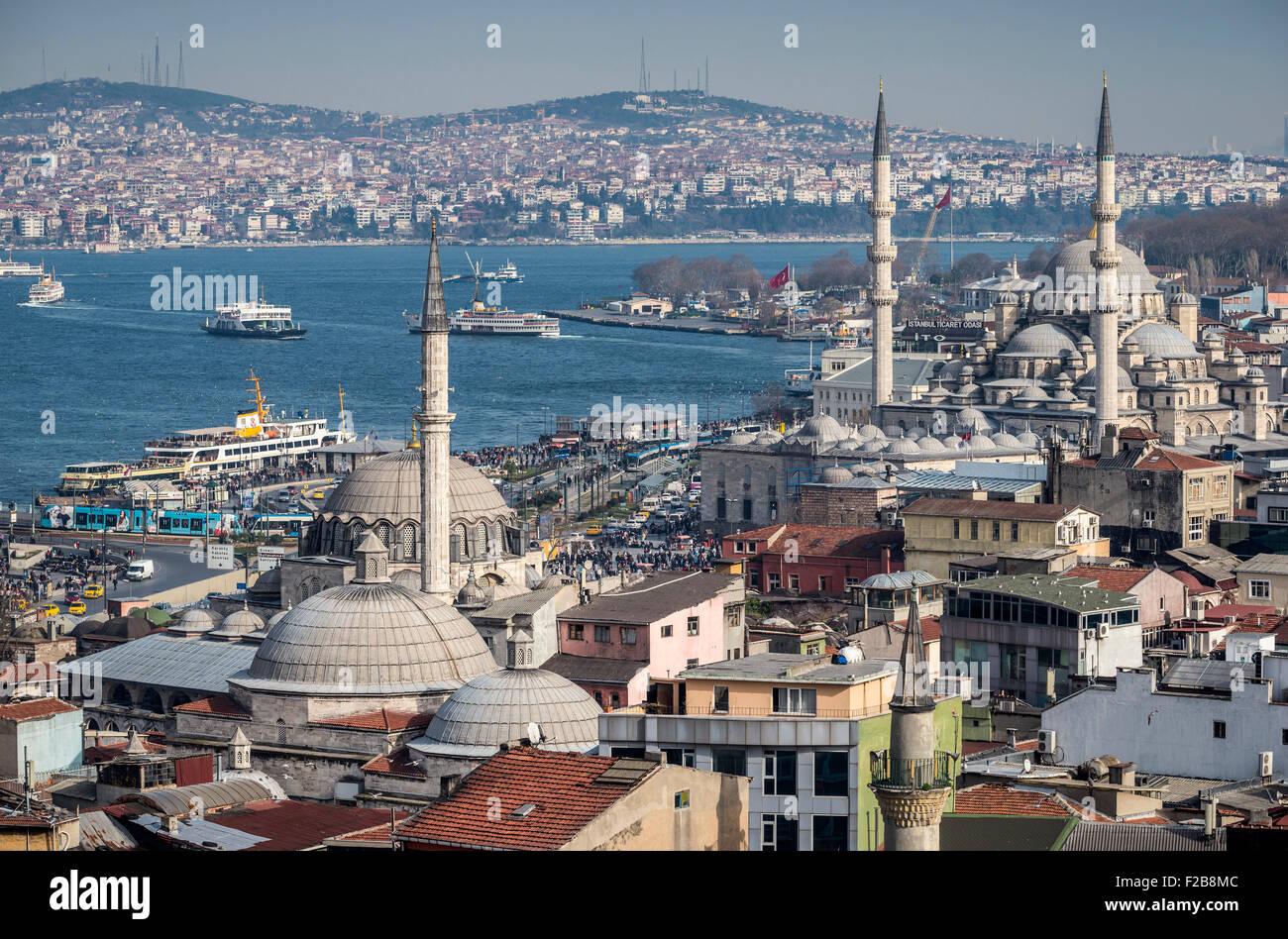 La ciudad de Estambul, el Bósforo, los buques que navegan hacia el lado Aisian, rustem Pasha y Yeni mezquitas Imagen De Stock