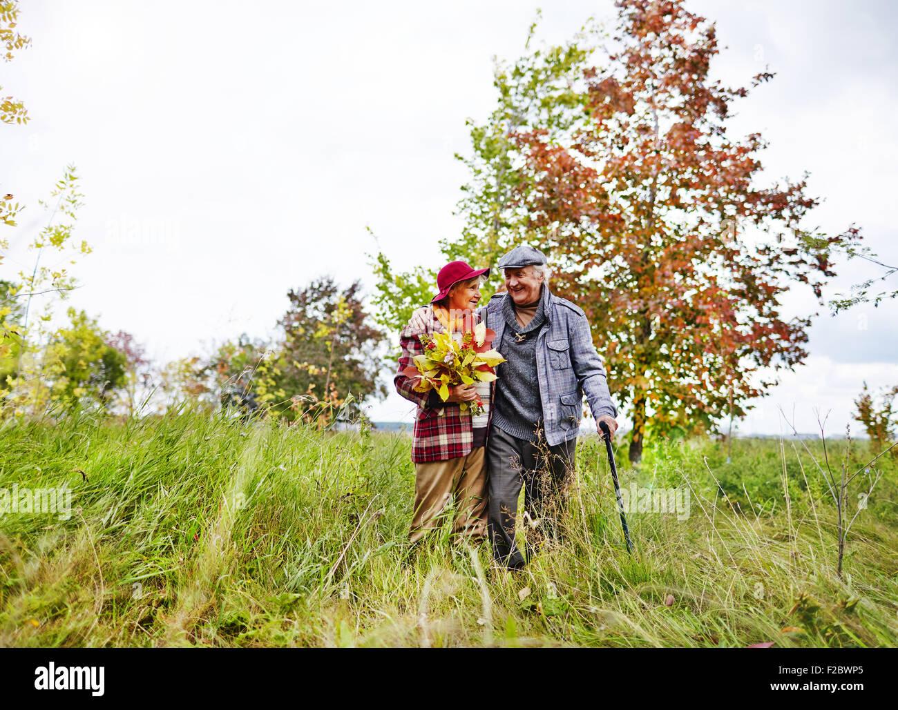 Feliz pareja senior caminar en el parque los fines de semana Imagen De Stock