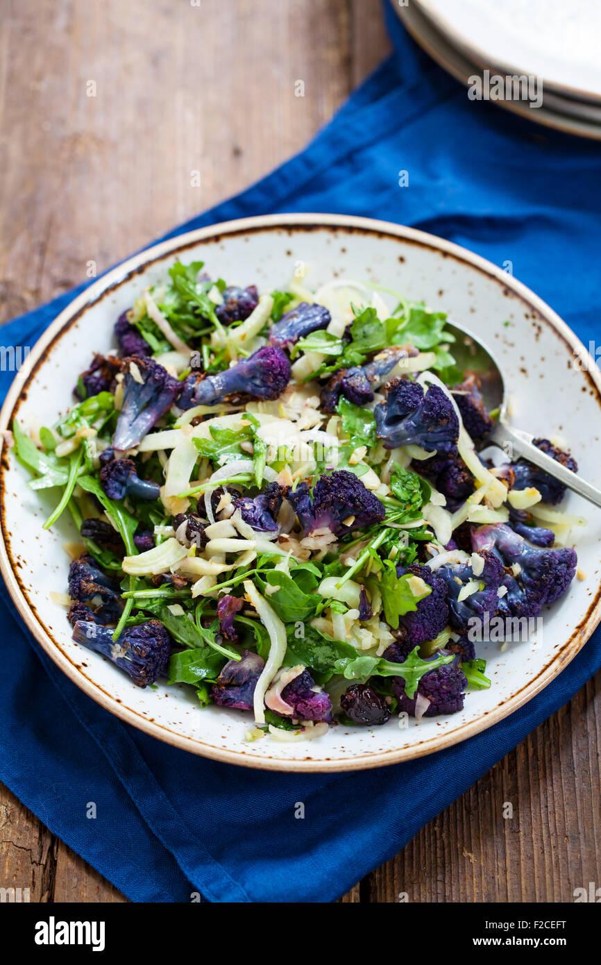 Coliflor púrpura, hinojo y ensalada de rúcula Imagen De Stock