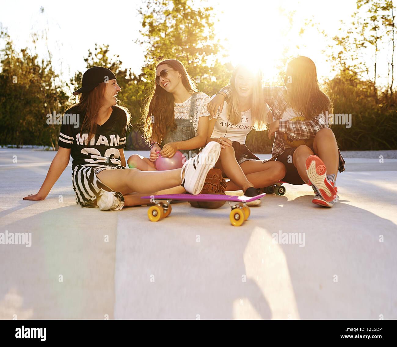 Mejores amigos colgando fuera en las calles, verano y sunflare Imagen De Stock