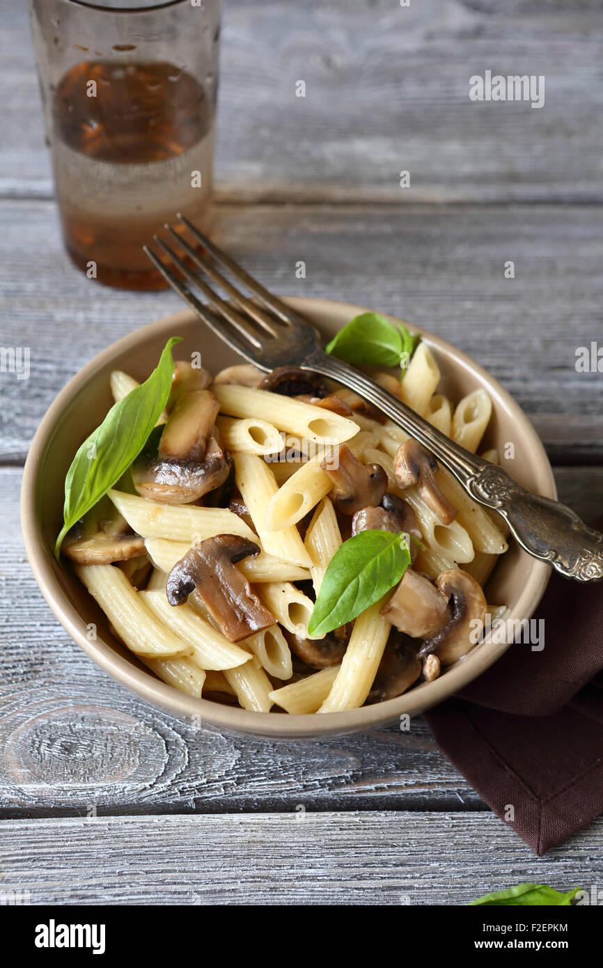 Pasta con champignons y verdes, alimentos Imagen De Stock