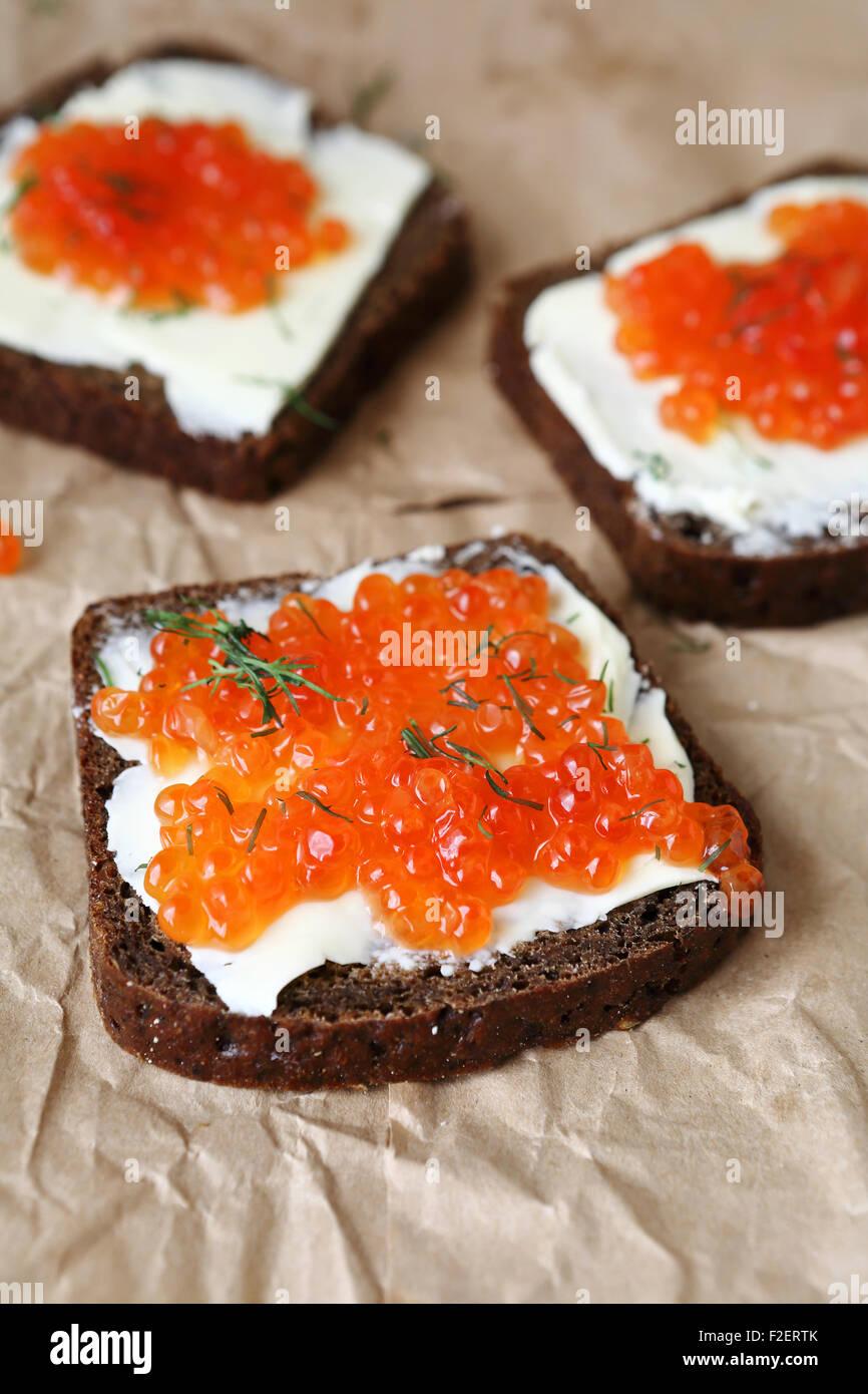 Tres rebanadas de pan con mantequilla y caviar, alimentos Imagen De Stock