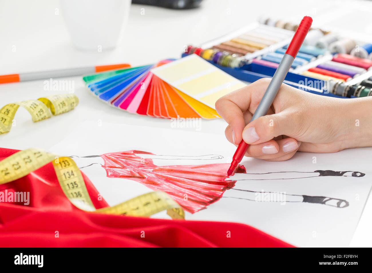 Diseñador de moda el trabajo en estudio. Diseño de cierre. Foto de stock
