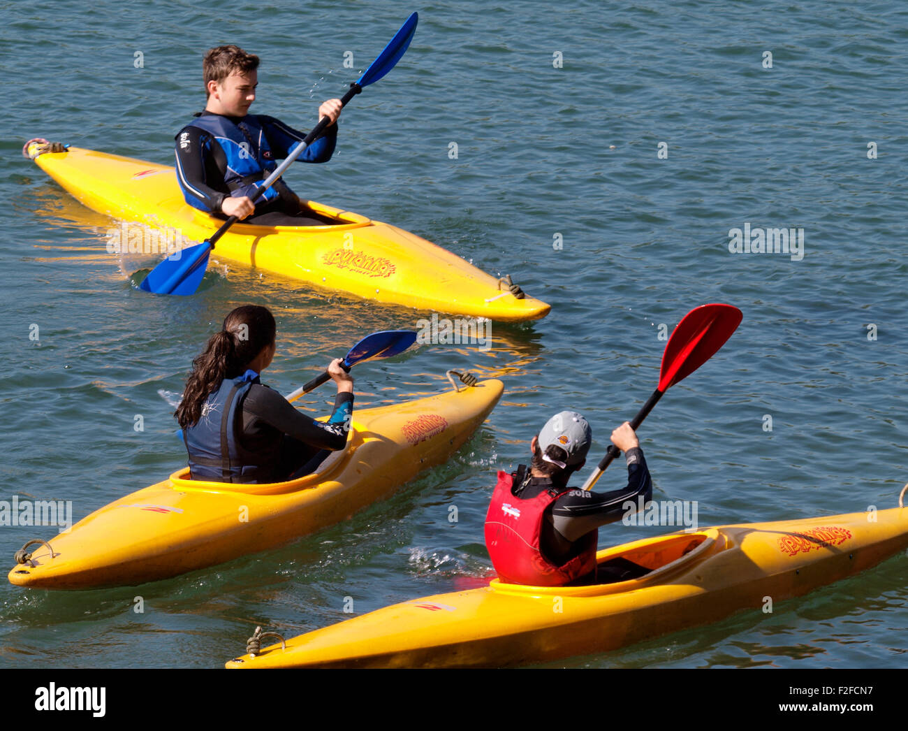 Los adolescentes en kayak en el río Yealm, Newton Ferrerías, Devon, Reino Unido Imagen De Stock