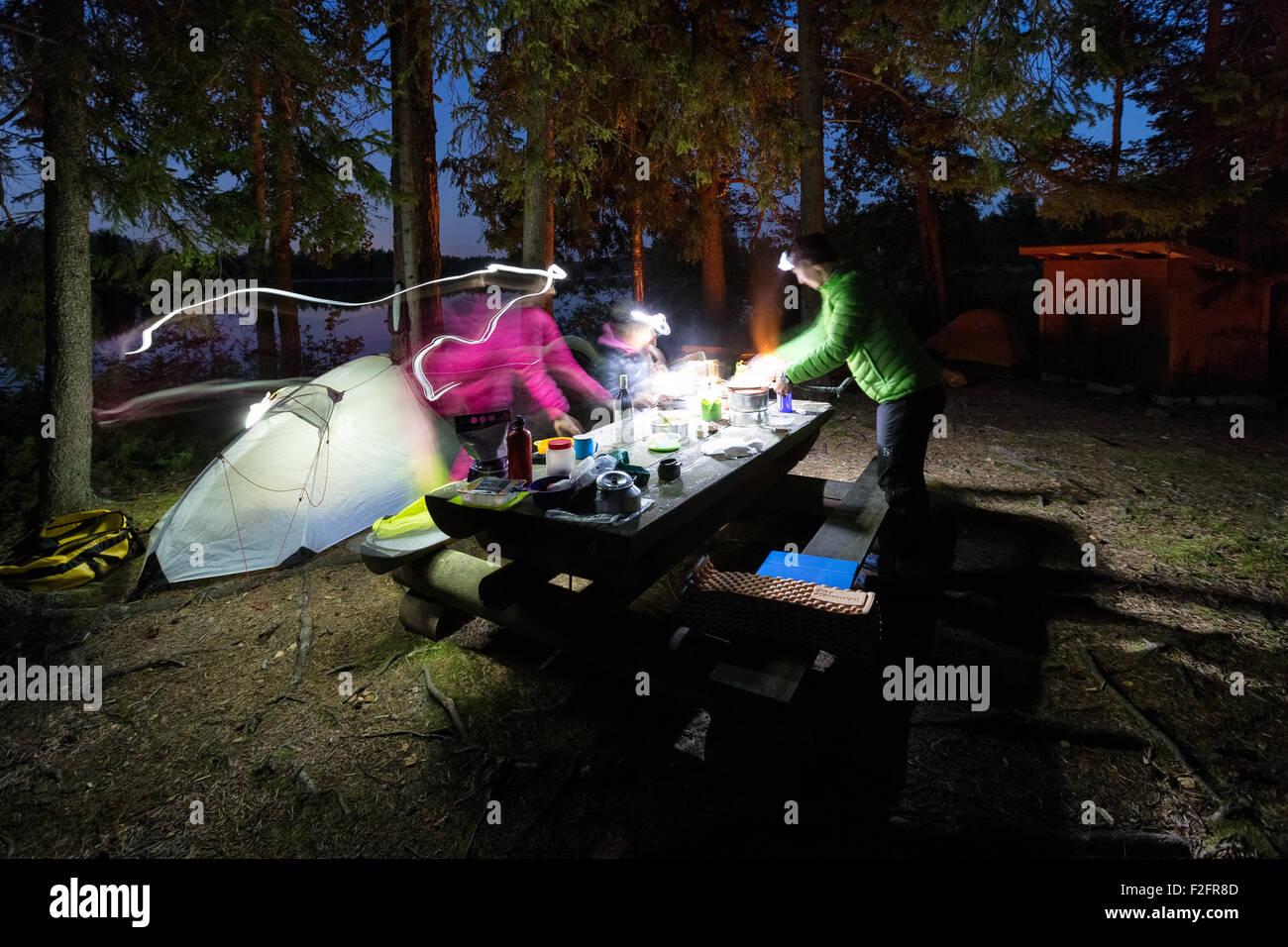 Los preparativos de la cena en la isla Pirkonsaari Petäjävesi, Finlandia, Europa, UE Imagen De Stock