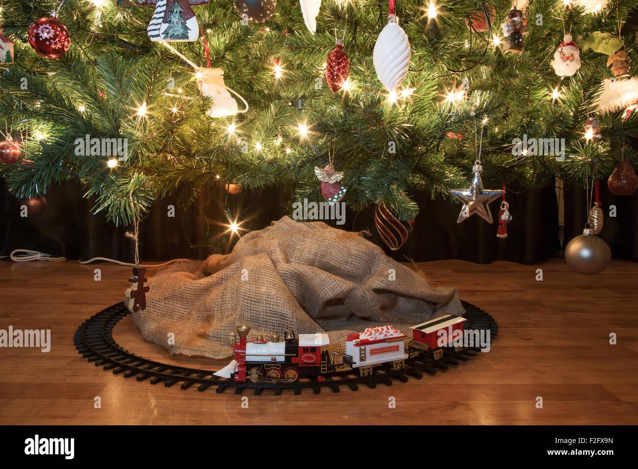 Árbol Tren Luces Juguete Decorado Con Un De Debajo Navidad hCxtrsQd