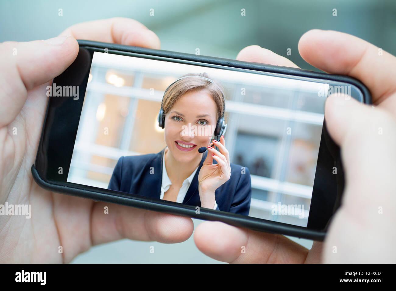 La empresaria charlando con teléfonos inteligentes. Imagen De Stock