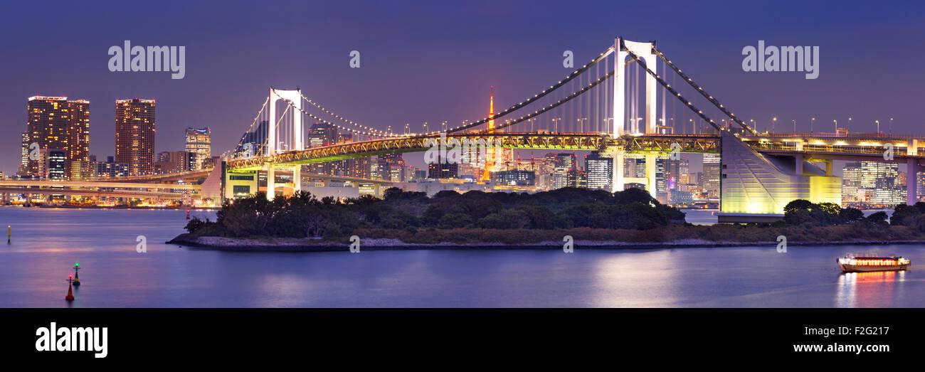 Tokio Rainbow Bridge sobre la bahía de Tokio en Tokio, Japón. Fotografiado en la noche. Imagen De Stock