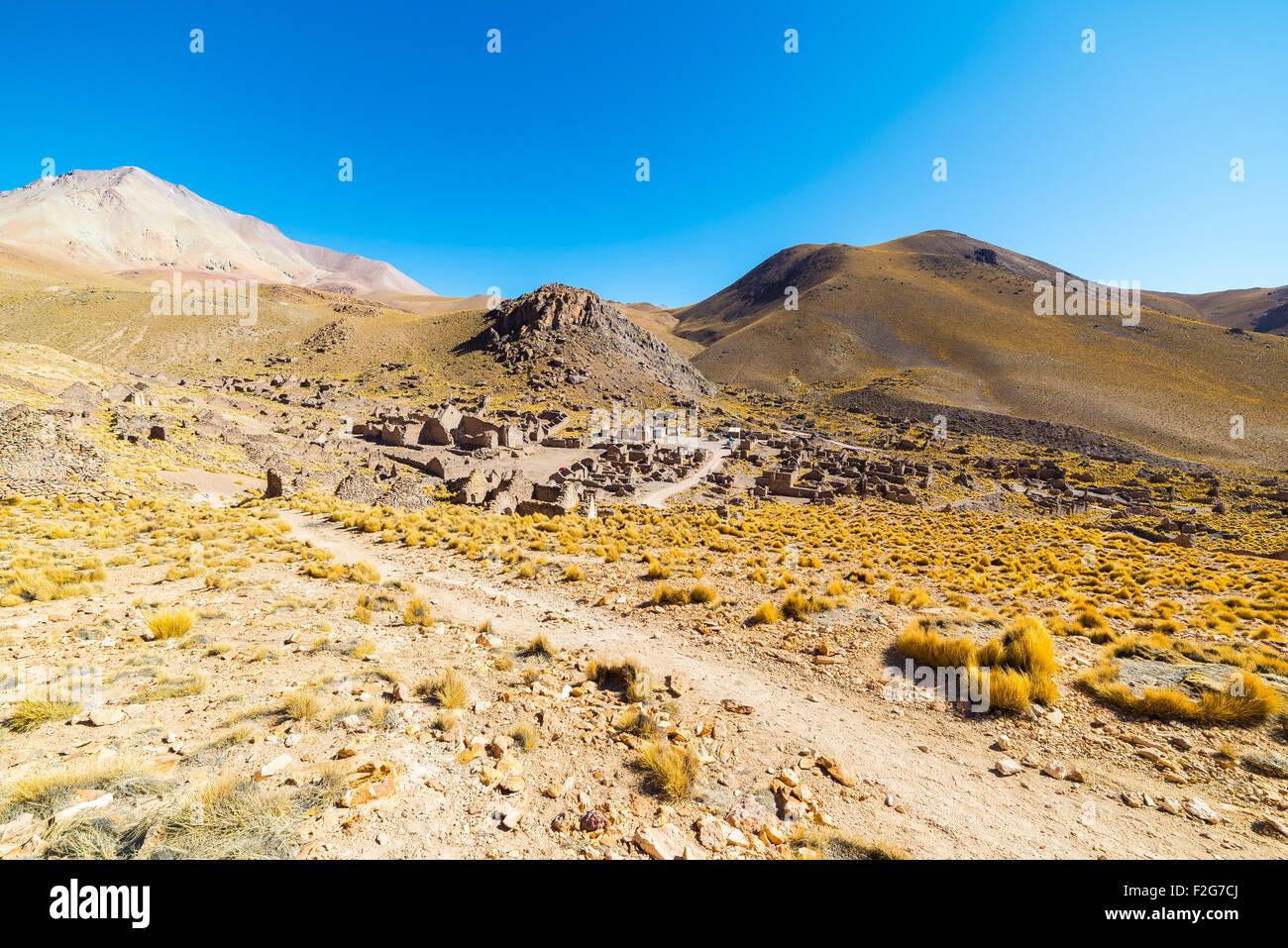 Árido de gran altitud en la cordillera montañosa de los Andes en el camino hacia el famoso Salar de Uyuni, Imagen De Stock