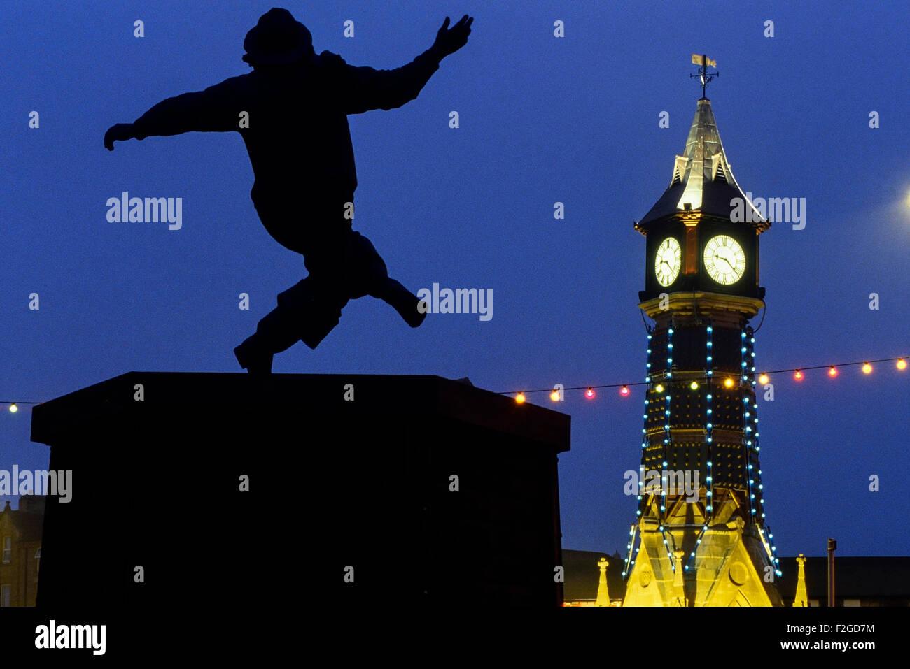 La torre del reloj y el Jolly pescador estatua en la noche. Skegness. Lincolnshire. Inglaterra. UK Imagen De Stock