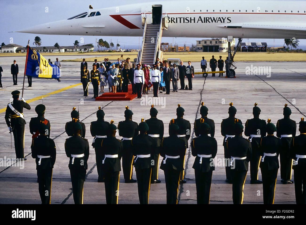 Una guardia de honor da la bienvenida a Su Majestad la Reina Isabel y su alteza real el duque de Edimburgo llegada a Barbados a través de Concorde. Circa 1989 Foto de stock