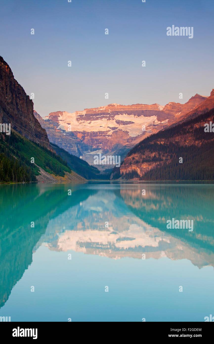 Glacial Lake Louise con el Glaciar Victoria y las montañas se reflejan en el agua color esmeralda, Parque Nacional de Banff, Alberta, Canadá Foto de stock