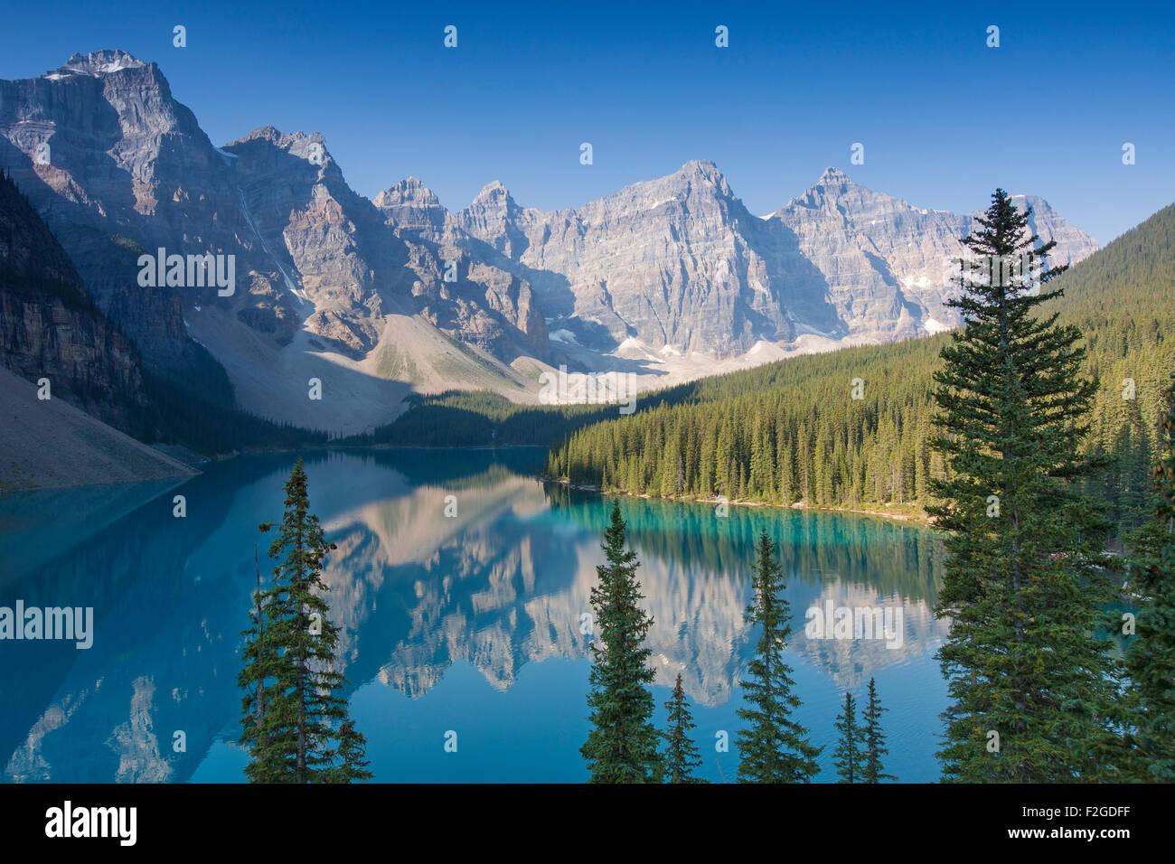 Morrenas glaciales del lago en el Valle de los Diez Picos, Parque Nacional de Banff, Alberta, Canadá Imagen De Stock