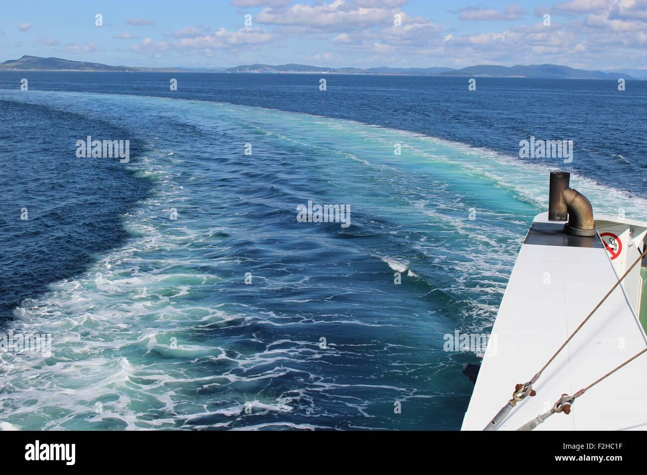 Noruega, Escandinavia, Europa. Un ferry en su camino desde Bergen a Stavanger, pasando el Fiordo 'Boknafjorden'. Imagen De Stock