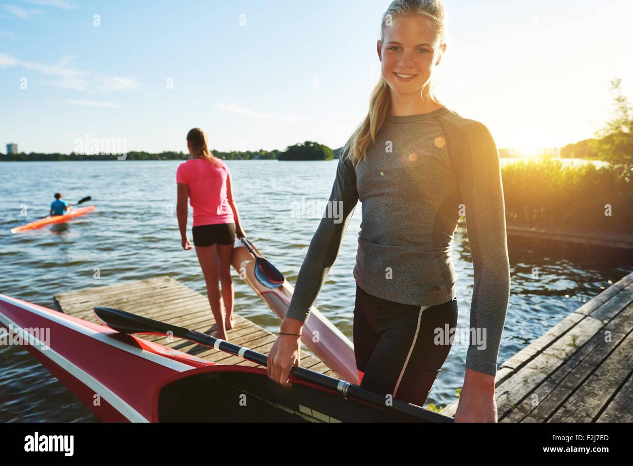 Colocar mujer con un kayak preparándose para la práctica Imagen De Stock