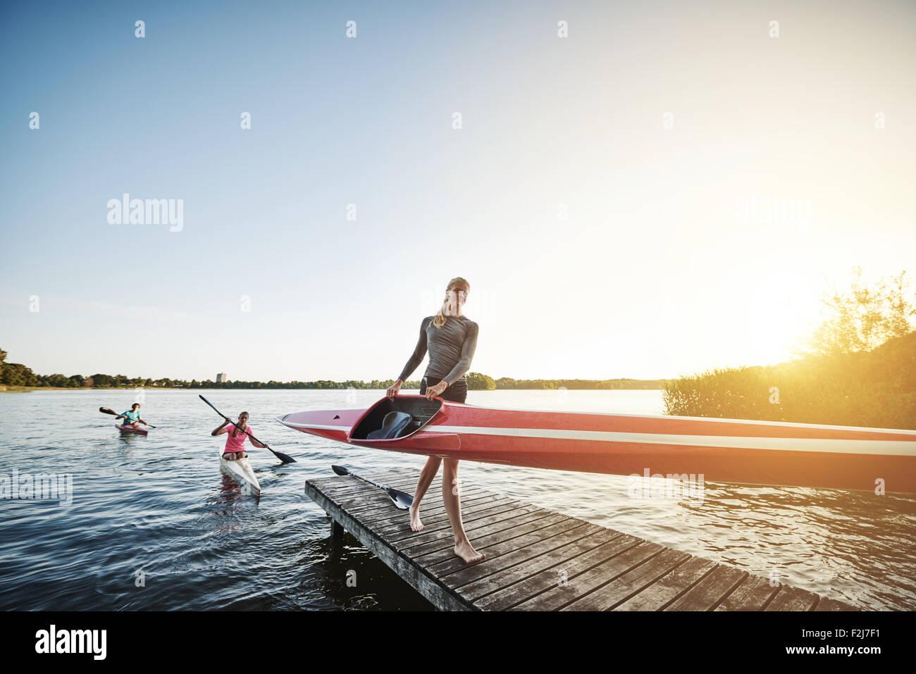Después del entrenamiento del equipo de remo salir del agua Foto de stock
