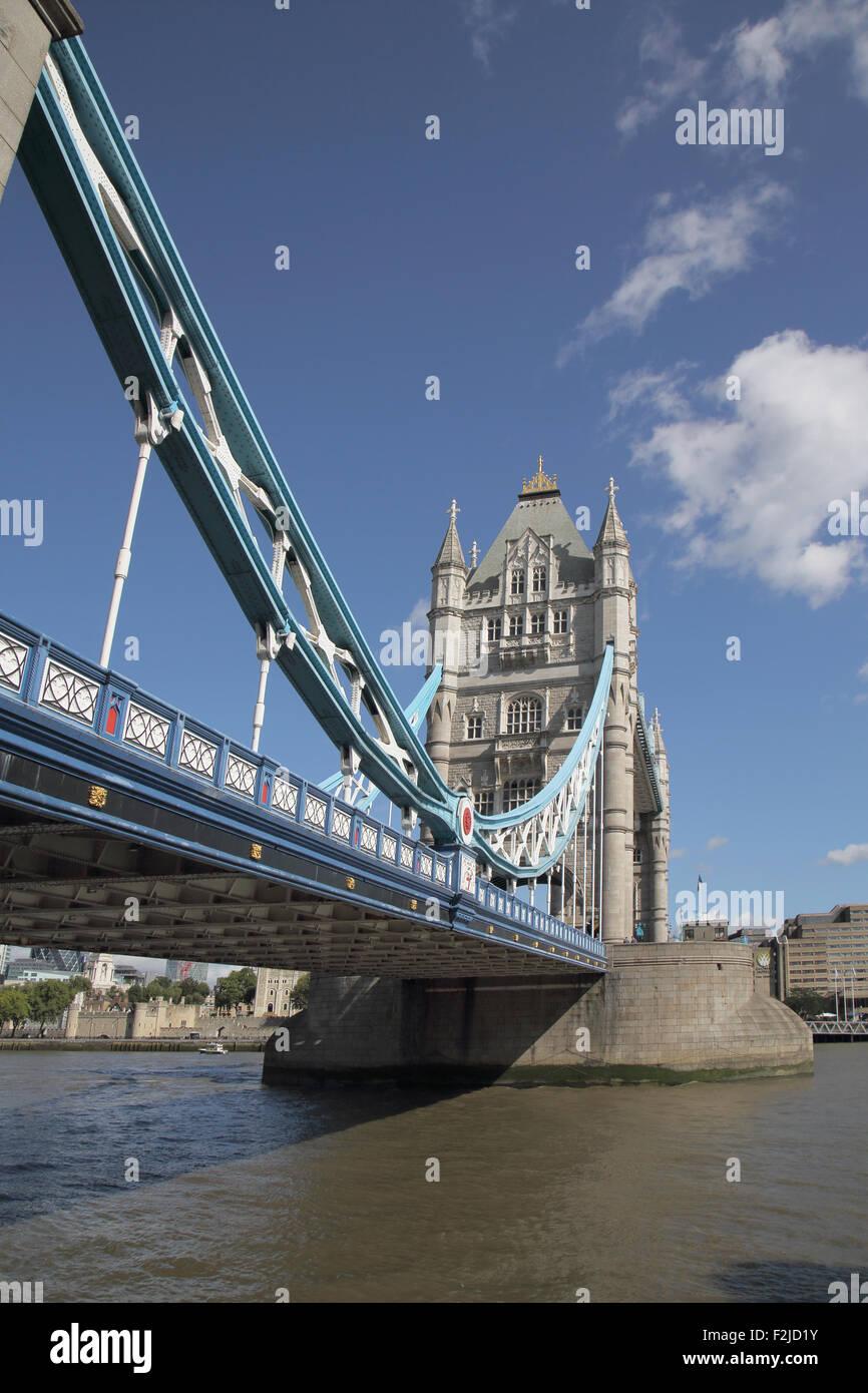 Tower Bridge cruza el río Támesis en Londres, Inglaterra Foto de stock