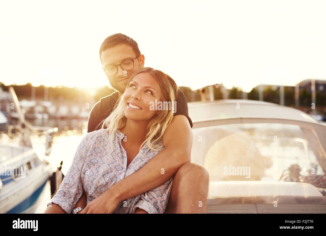 Pareja feliz en un barco, disfrutando de la vida mientras en el amor Imagen De Stock