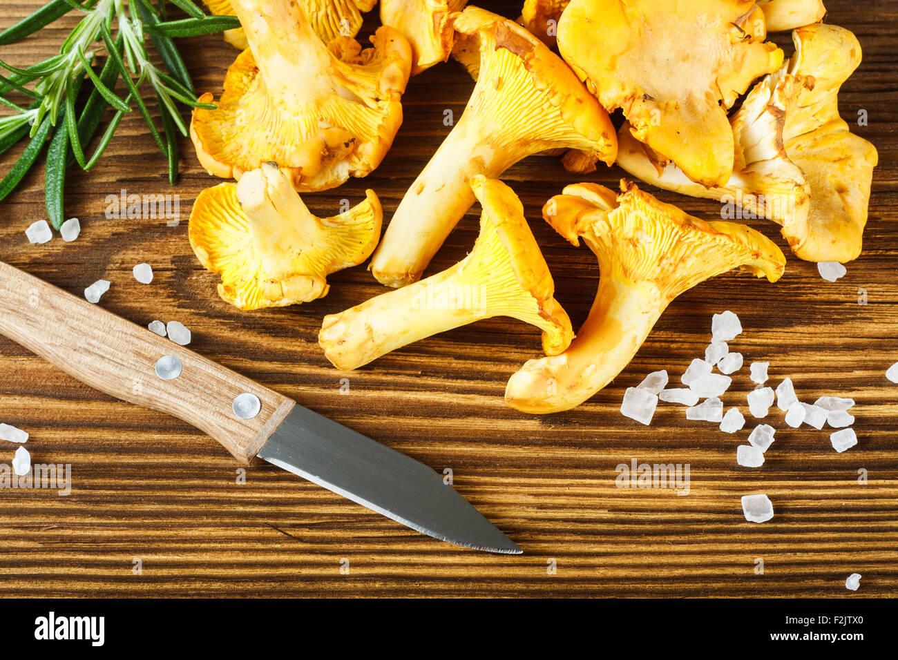 Amarillo cantarelos sobre mesa de madera Imagen De Stock