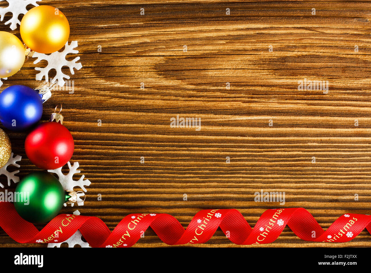 Christmas background - copos y cinta roja en la tabla de madera Imagen De Stock