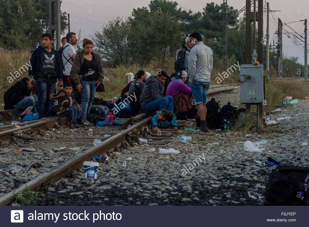 Los refugiados y los migrantes esperar a cruzar las fronteras del pueblo griego de norte a sur de Macedonia Idomeni, Imagen De Stock