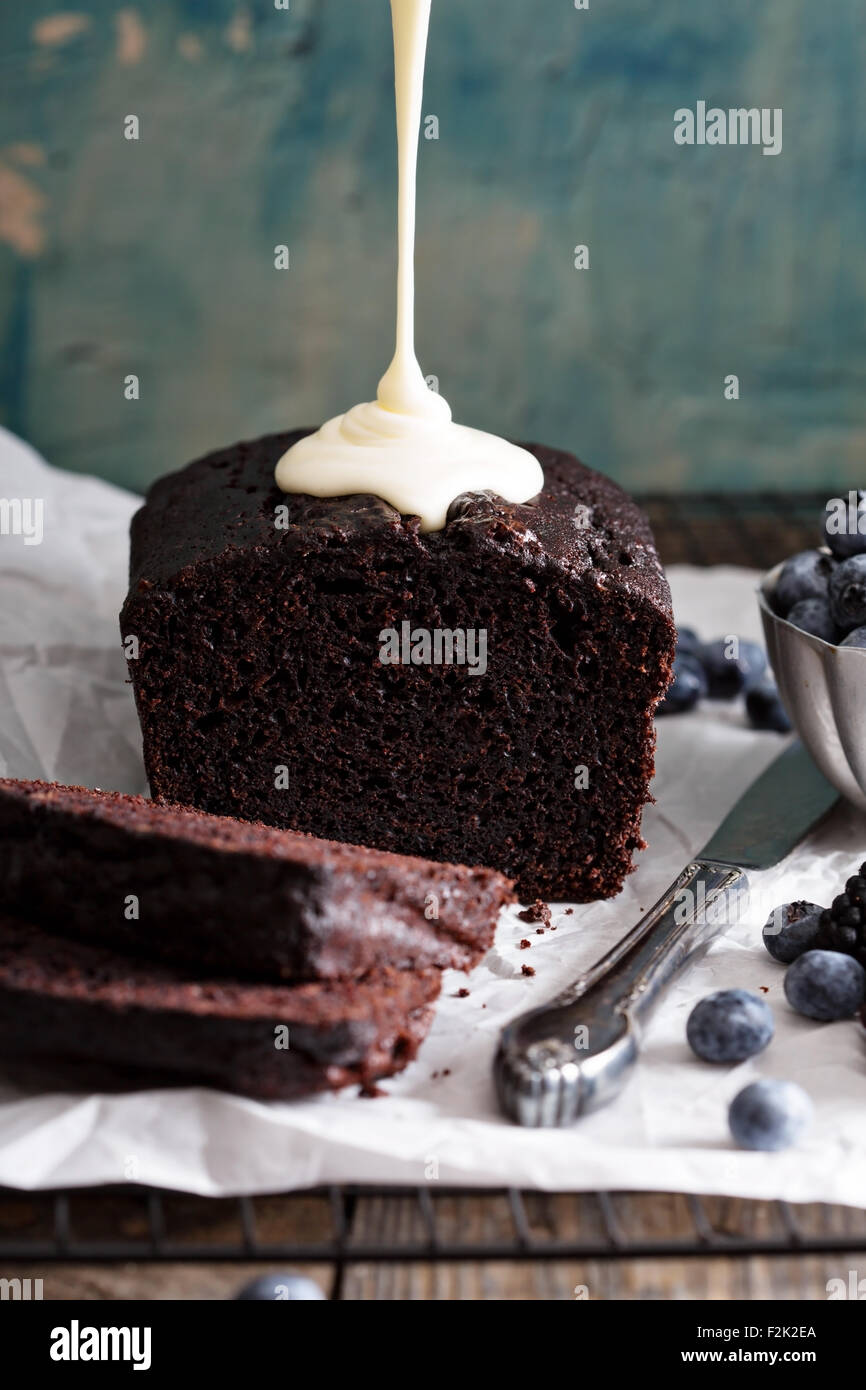 Chocolate cake pan rebanado listo para ser decorado Foto de stock