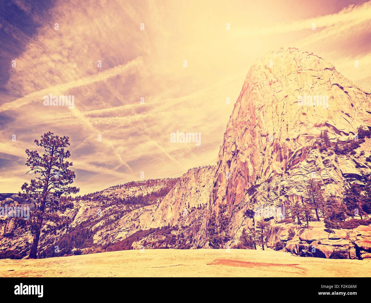 Vintage naturaleza estilizada fondo de montaña, el Parque Nacional de Yosemite, EE.UU.. Foto de stock