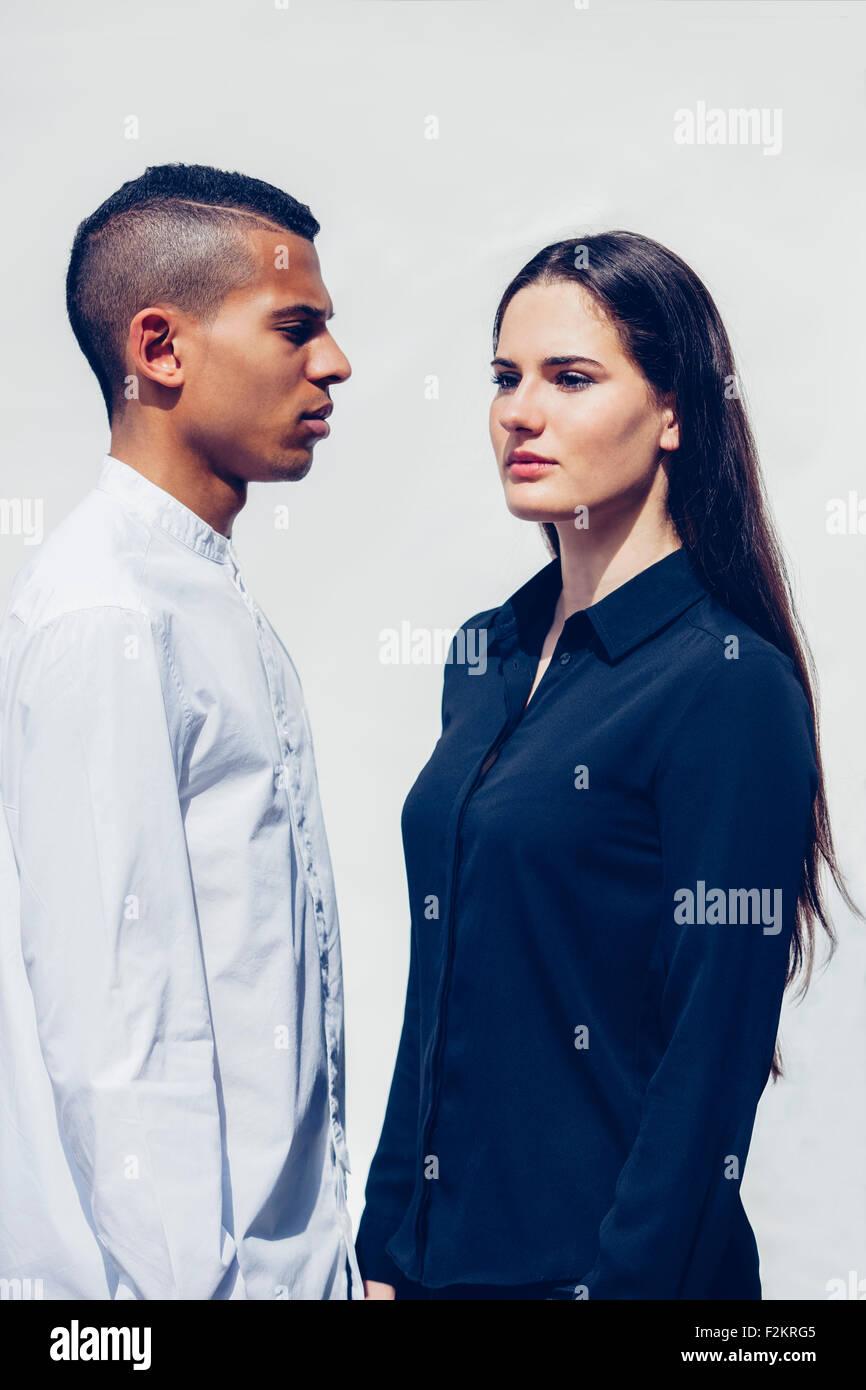 Elegante pareja joven delante de un fondo blanco Foto de stock