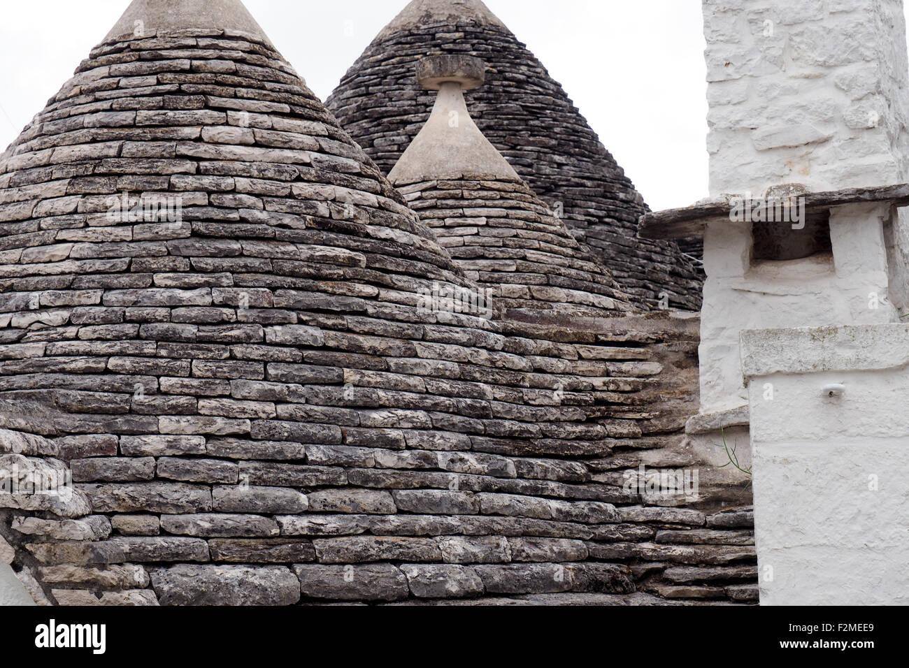 Pared y techo de piedra cónica de un trullo house. Imagen De Stock
