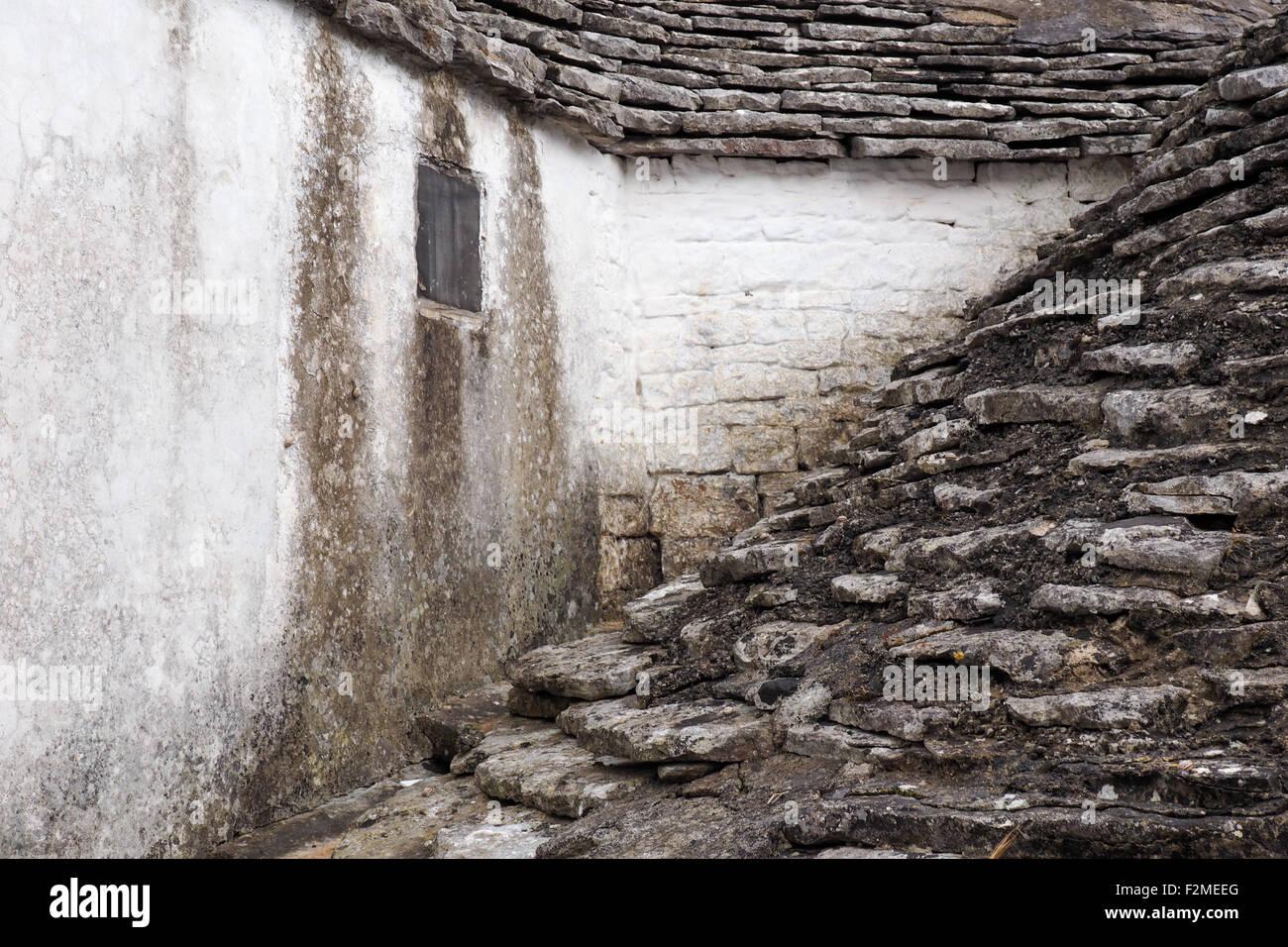 Pared y techo de piedra de un trullo house. Imagen De Stock