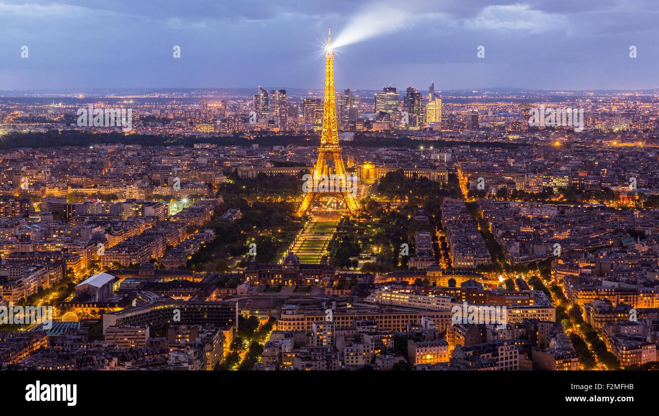 Visión de la Torre Eiffel, el horizonte de la ciudad y distrito de La Defense skyscrapper en la distancia, Imagen De Stock